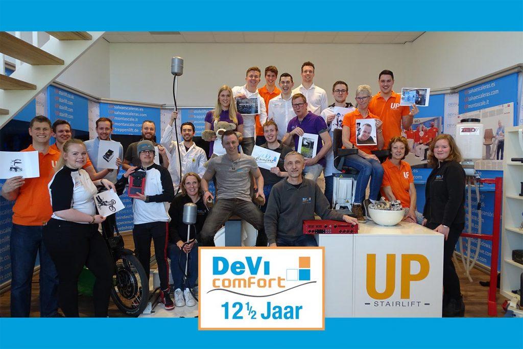 12,5 jaar DeVi groepsfoto met het personeel in de showroom